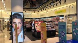 Drogeria Super-Pharm w Galerii Młociny już otwarta BIZNES, Handel - W lipcu br. sieć Super-Pharm uruchomiła kolejny punkt w Galerii Młociny. Koncepcja sklepu opiera się na unikalnym połączeniu trzech działów: apteki, drogerii i perfumerii w jednym miejscu.